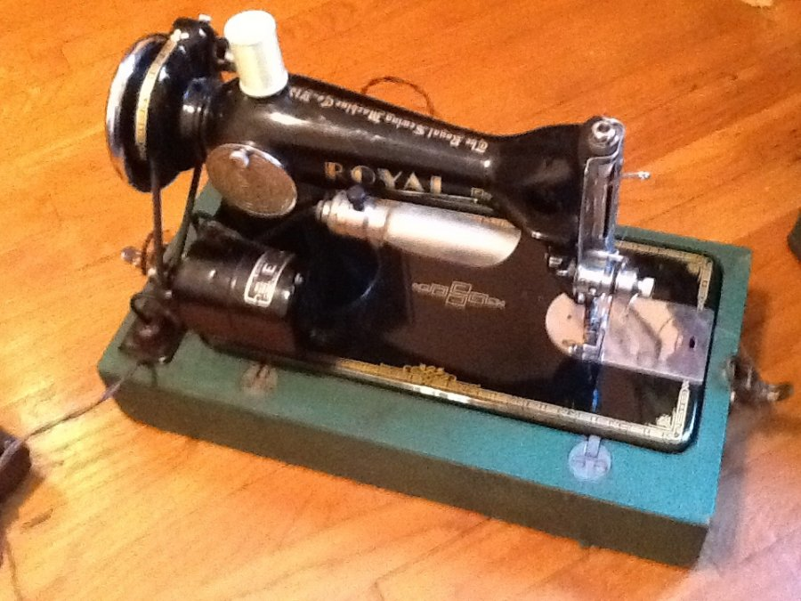 Royal Deluxe Sewing Machine Picture