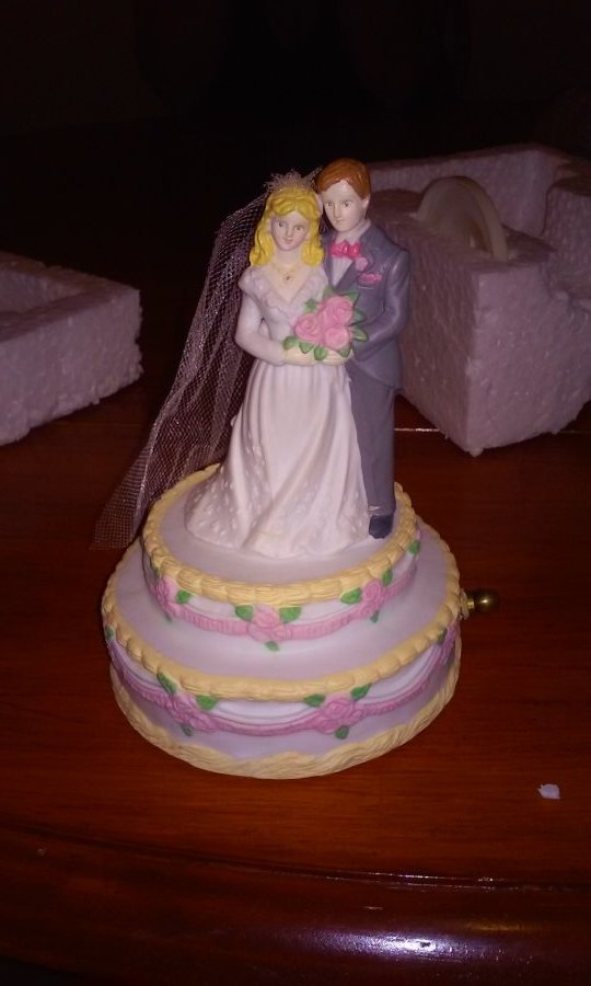 What's 'Wedding Memories Porcelain Music Box Item Number 15459' Worth? Picture